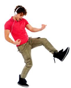 En kille som dansar med hörlurar.