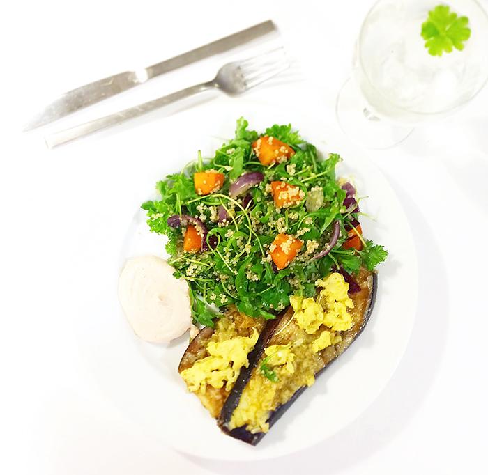 Ostpanerad aubergine med quinoasallad och dipp - vegetariskt och glutenfritt 2