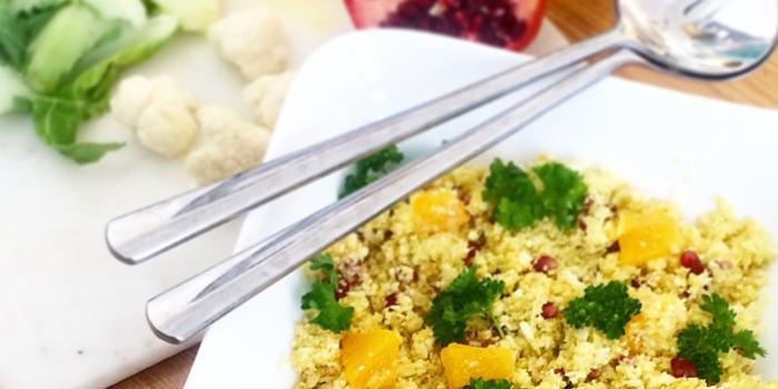 Blomkålscouscous med apelsin, granatäpple, gurkmeja och curry - rawfood