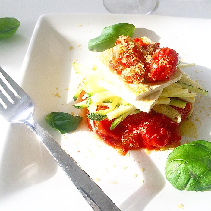 zucchinipasta_tomatsas_tofu