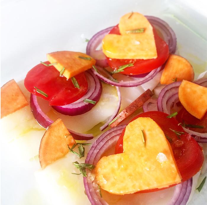 Ugnsbakad torskfilé med sötpotatis, tomat, rödlök, rosmarin och honung