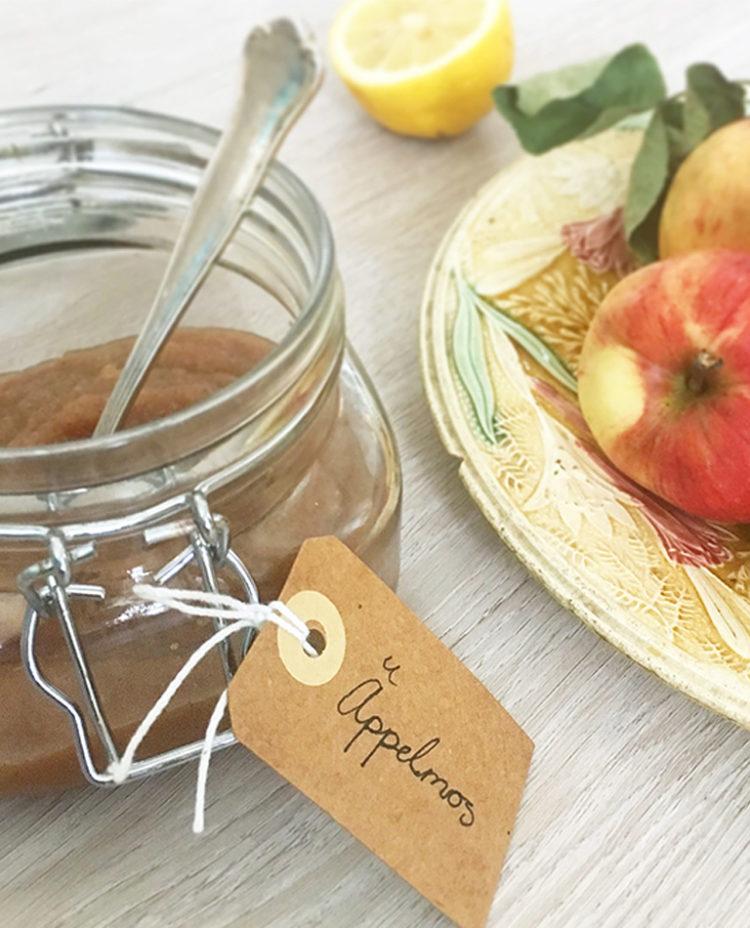 en burk med hemmagjord raw äppelmos.