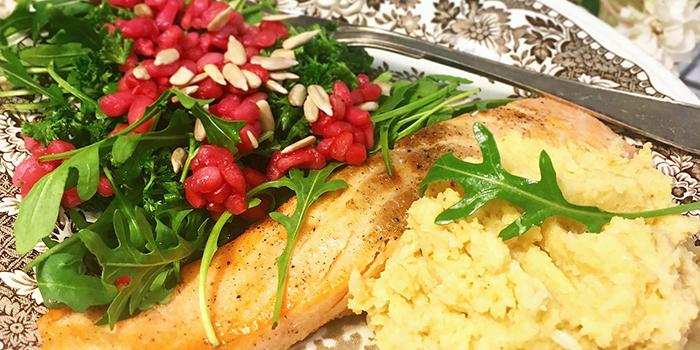lax med granatäpplesallad och blomkålshummus