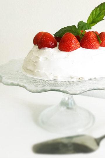 Ett fat med vegansk och glutenfri eat clean jordgubbstårta.