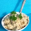 En skål med veganskt sojasmör som står på en turkos fåtölj.