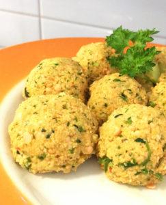Ett fat med veganska indiska glutenfria linsbullar.