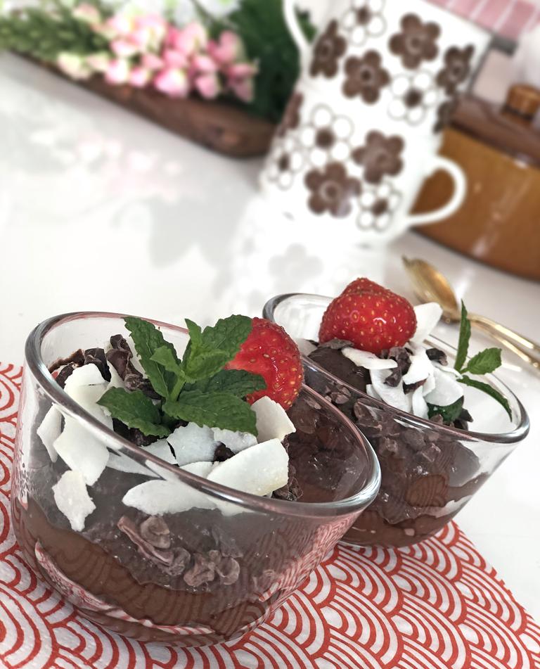 Två skålar med vegansk raw chokladmousse.