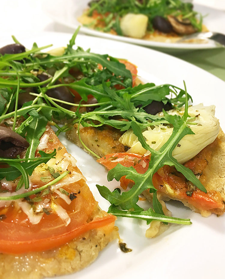 Vegansk och glutenfri kikärtspizza.