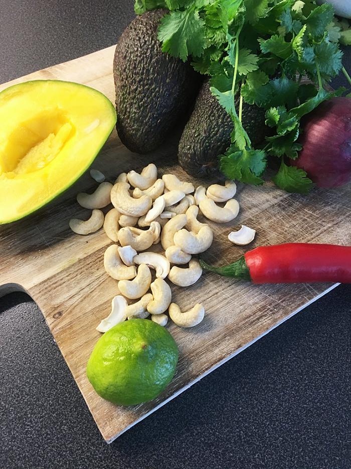 avokadohalvor mango koriander med cashewnötter