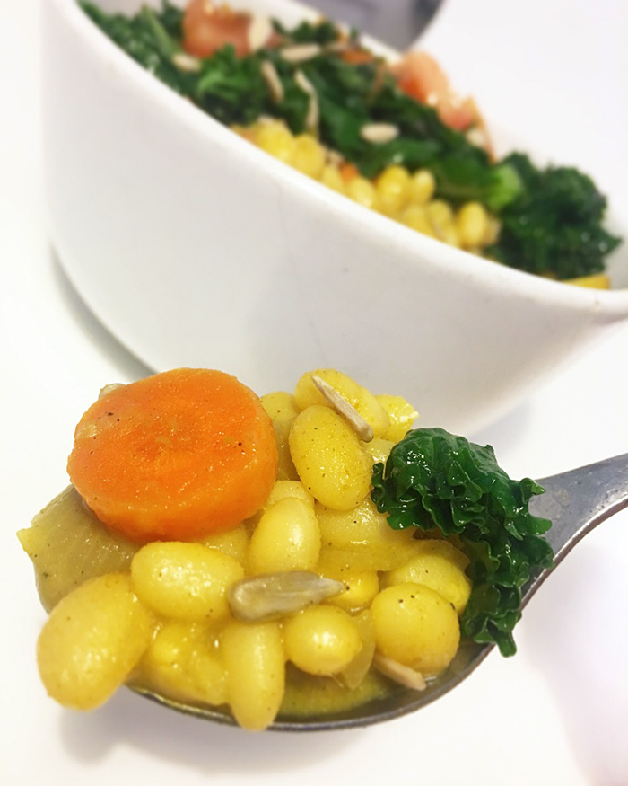 Currygryta med vita bönor och lättfräst grönkål - vegan