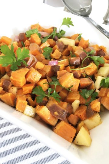 En skål med sötpotatissallad med dijon och äpple.