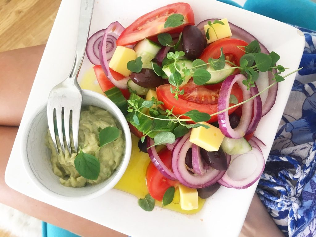 Grekisk sallad med avokado tzatziki