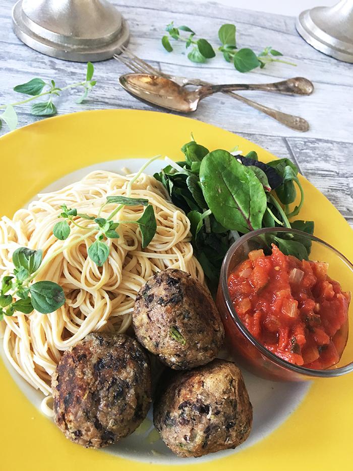 italienska bönbullar med tomatsås och pasta