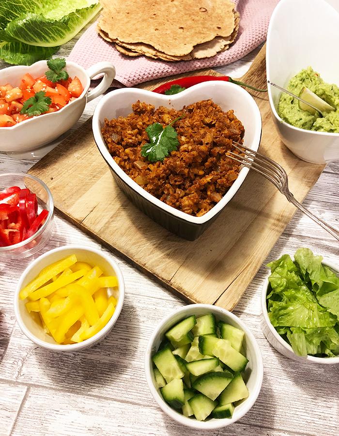 Foto på vegansk eatclean kikärtsfärs med tillbehör