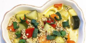 Foto på vegansk grönsaksragu med durrakorn i ett hjärtformat fat.