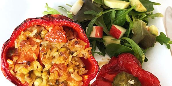 Foto på ugnsbakad paprika med rökig mungbönsröra vegan