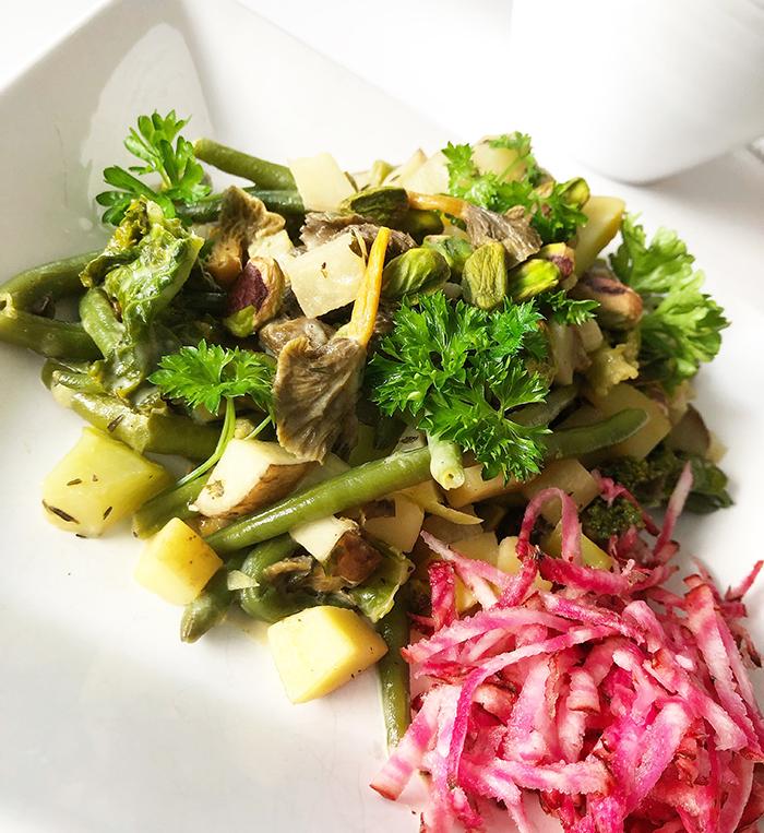Foto på en vegansk lyxig pytt i panna med trattkantareller, kålrabbi och timjan