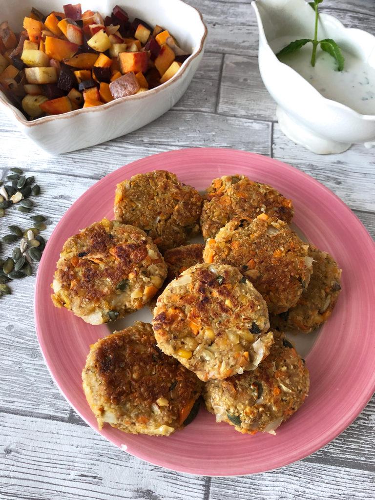 Foto på vegoburgare med ugnsrostade rotsaker och myntasås - veganskt och glutenfritt.
