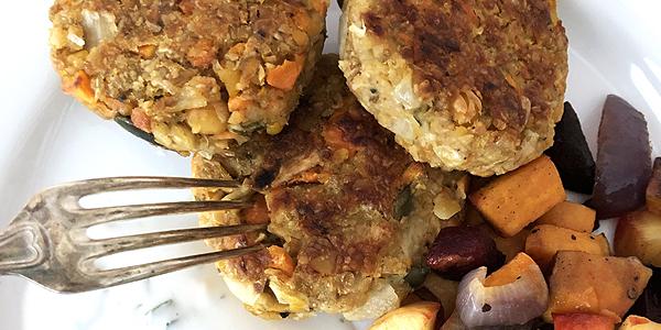 Vegoburgare med ugnsrostade rotsaker och myntasås - glutenfrit och veganskt