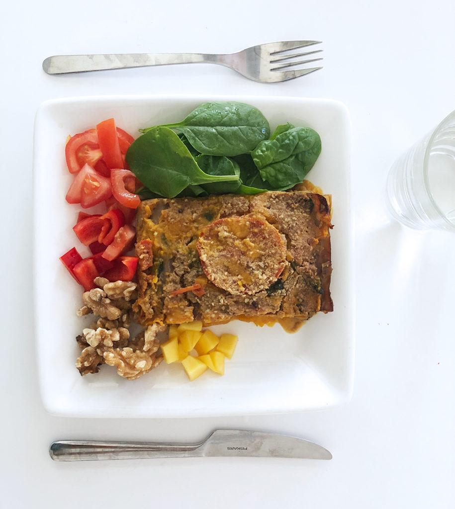 Foto på ett fat med vegansk bönlasagne och sallad.
