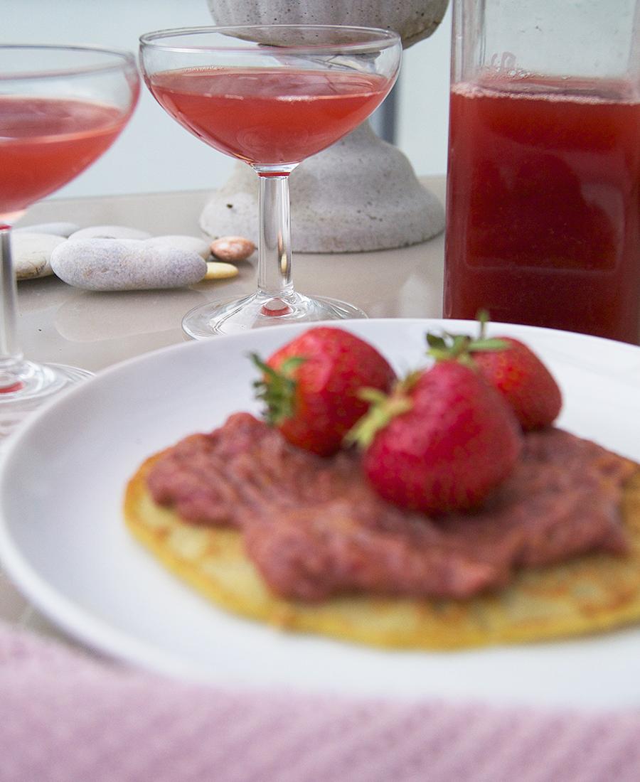 foto på jordgubbssylt och jordgubbssaft.