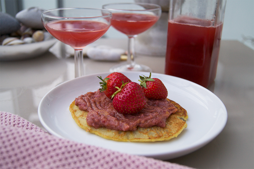 Foto på hemmagjord jordgubbs- hallon och rabarber saft och sylt i ett.