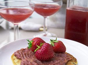 Foto på jordgubbs- hallon och rabarber saft och sylt i ett.
