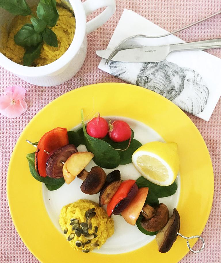 Grillade grönsaker med yacon marinad och hummus.