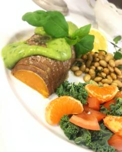 Foto på marinerade ugnsbakade sojabönor med sötpotatis och avokadokräm.