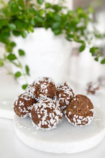 Chokladbollar, dadelbollar, rawbollar - glutenfri och vegan på ett uppläggningsfat.