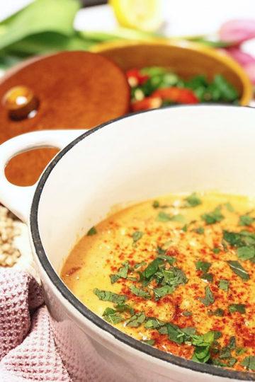 En vit gryta med vegansk tandoori chicpeas.