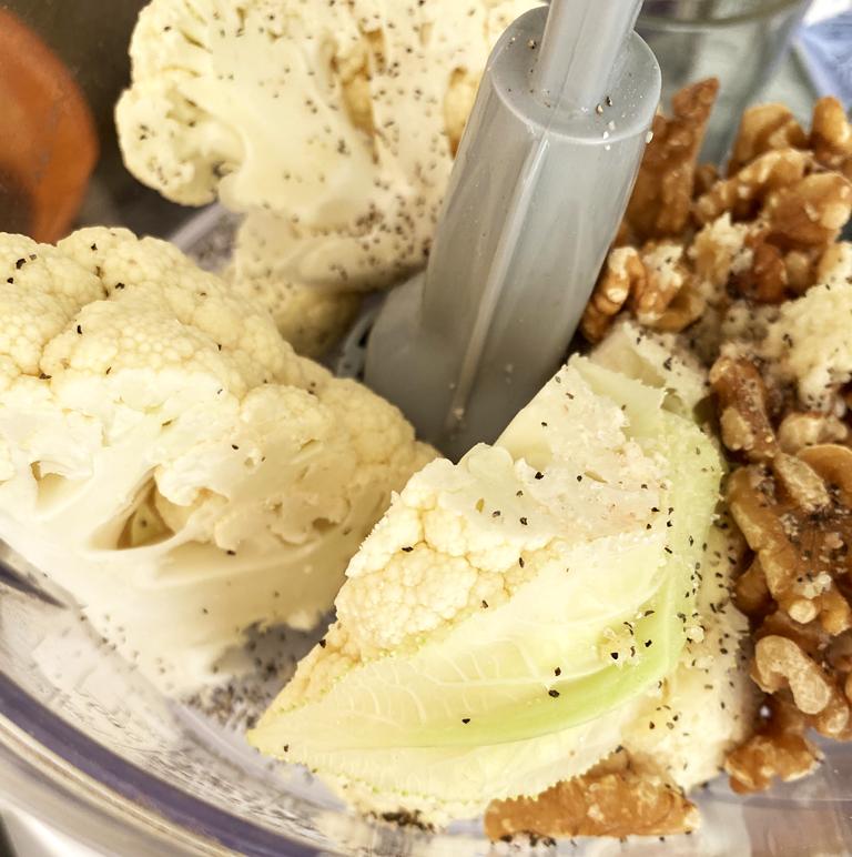 Blomål och valnötter mixas ihop med kryddor till en vegansk färs.