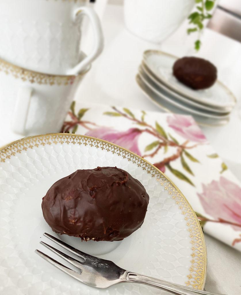 Veganska havrebollar och chägg (havrebollar formade som ägg och doppade i mörk choklad.