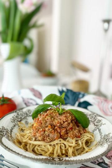 Ett fat med vegansk bolognese och linsspagetti.