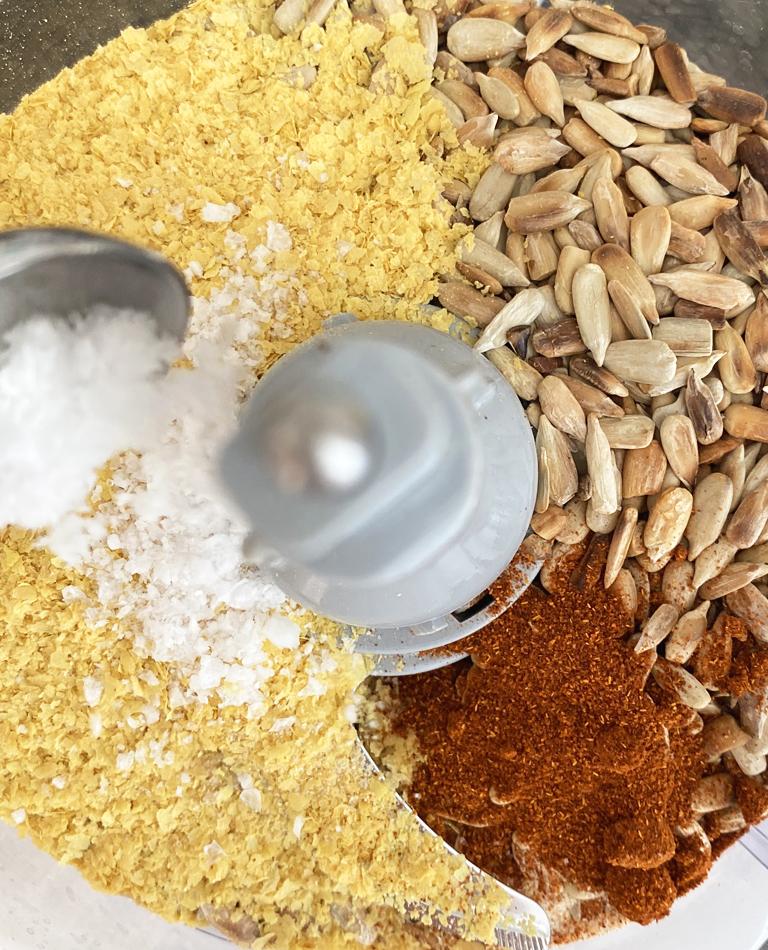 Hemmagjort parmesanströ mixas ihop.