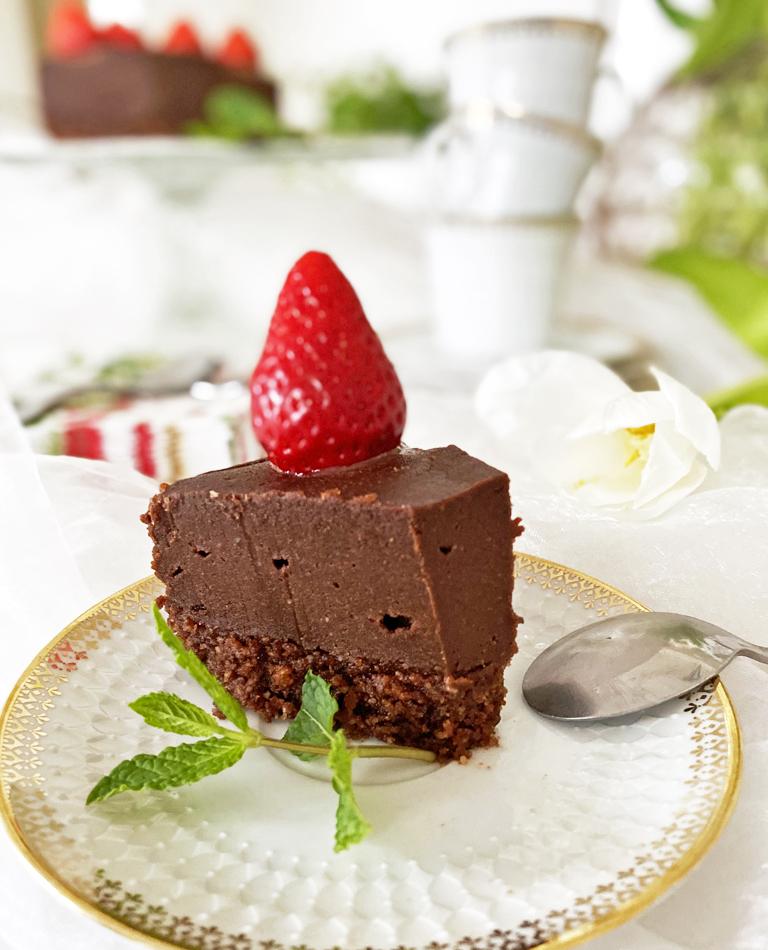 Ett fat med en vegansk raw chokladtårta.