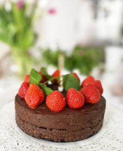 En vegansk raw chokladtårta med jordgubbar.