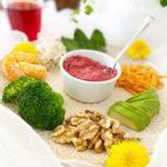 Hälsotallrik med ljummen rödbetshummus, maskrosblad och andra grönsaker.