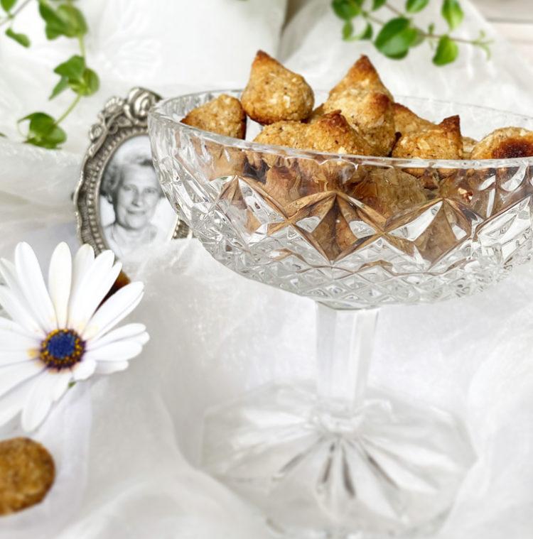 En kristallskål med veganska mandelbiskvier.