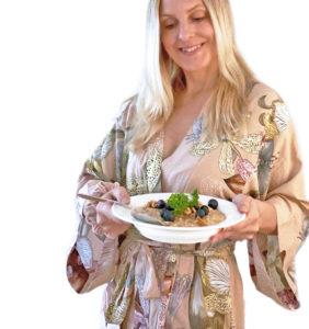 Ett foto på en kvinna som håller ett fat med pärongröt.