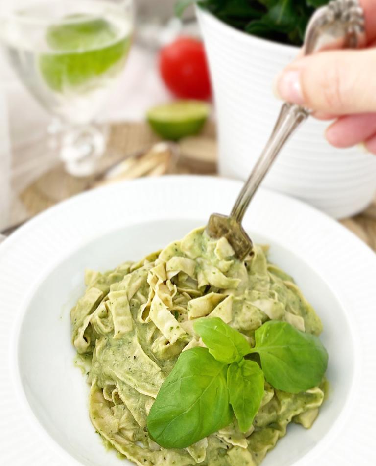 En djup tallrik med vegansk och glutenfri pastasås på avokado och bönpasta.