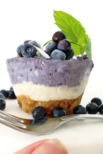 Ett fat med en raw vegansk blåbars cheesecake.