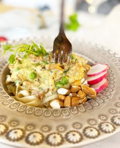 Ett fat med vegansk krämig kantarell pasta.