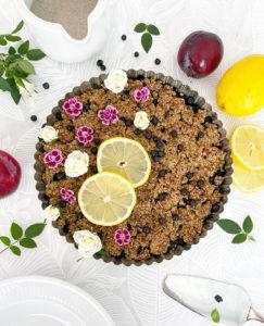 En form med vegansk, glutenfri smulpaj med blåbär.