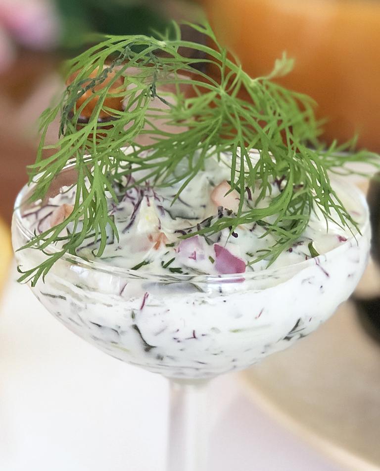 En skål med vegansk skagenröra toppad med dill.