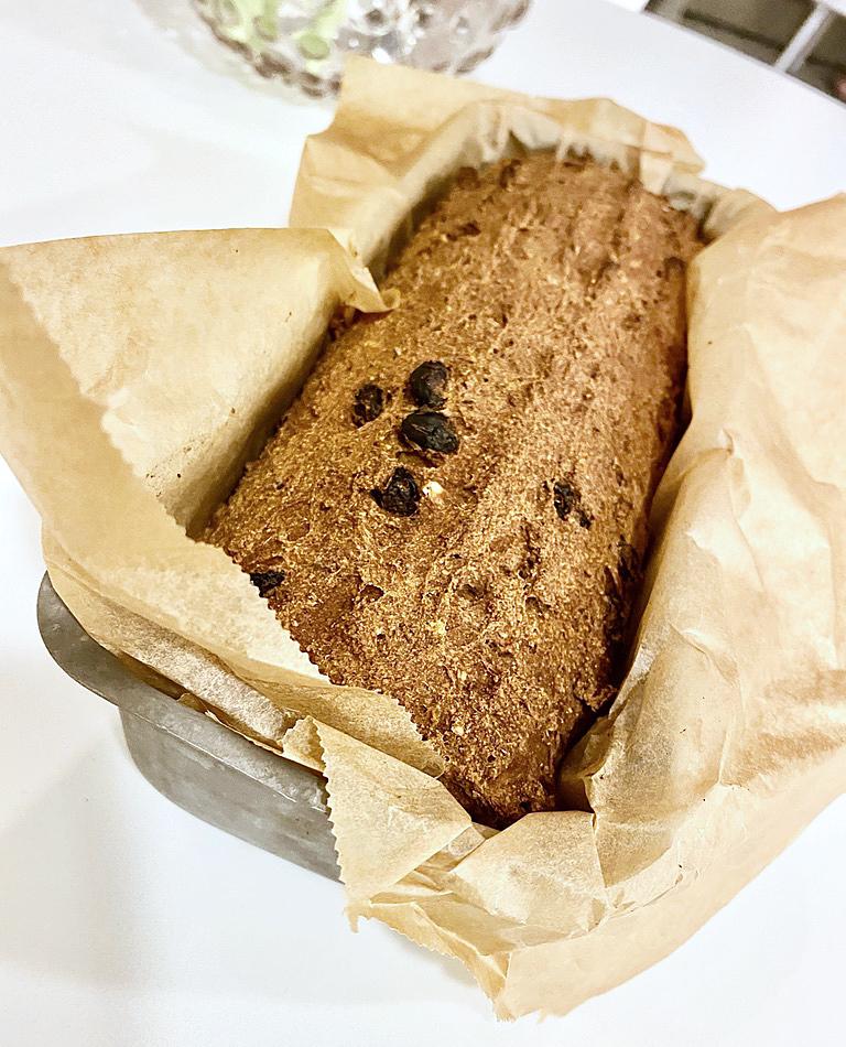En brödform med glutenfritt och veganskt vörtbröd.