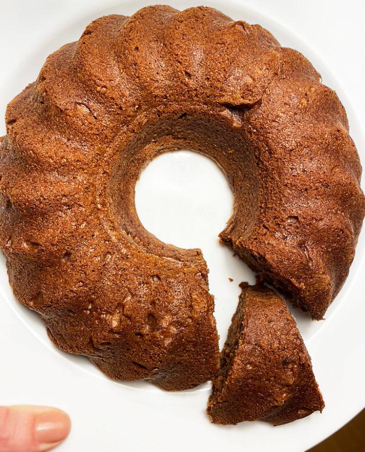En mjuk, rund, brun, vegansk och glutenfri pepparkaka.