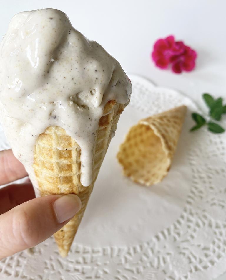 Vegansk hemmagjord glass i våffelstrut.